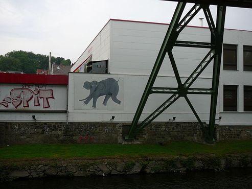 Граффити со слоном нанесён на точке пути монорельсовой трассы, где спрыгнула Туффи