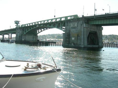 Вид на мост Баллард из Сиэтлской морской академии