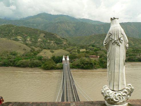 Статуя Богородицы с видом на мост