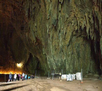 Посетители в пещере