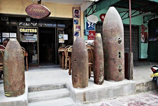 Массивные остатки бомб у ресторана