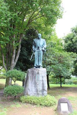Статуя Миямото Мусаси в парке Мусасидзука