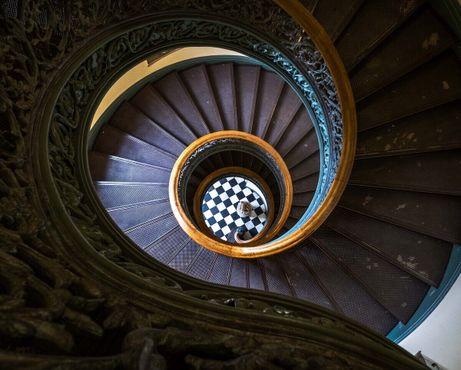 Винтовая лестница в библиотеке Джорджа Пибоди