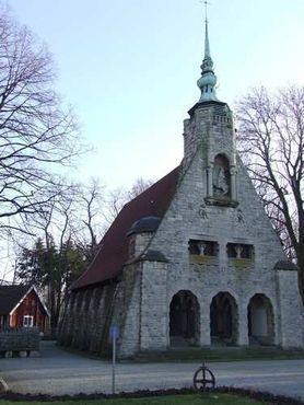 Церковь позади памятника