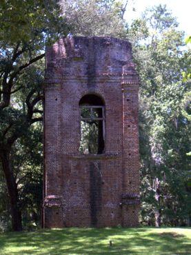 Оставшаяся после землетрясения и пожара церковная башня