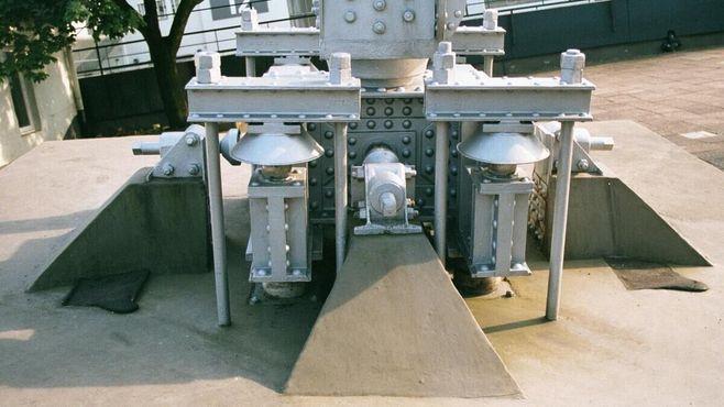Опоры башни сделаны из фарфора