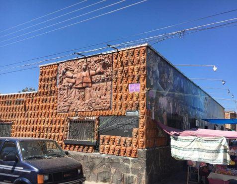 Черепа покрывают две стены здания школы