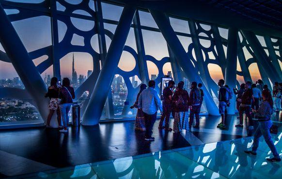 С рамки открываются виды на город Дубай и Бурдж-Халифу