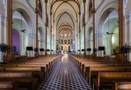 Интерьер кафедрального собора Нотр-Дам-де-Сайгон