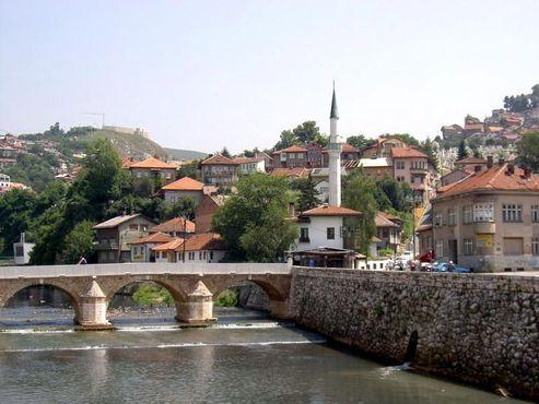 «Дом Злобы» и мост Шехер-Чехая, ведущий к городской ратуши