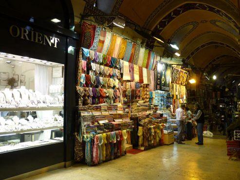 Снимок сделанкамерой Panasonic DMC-FZ35 12октября 2010 года на стамбульском рынкеКапалы-чарши