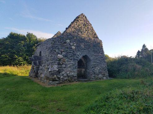 Развалины небольшой каменной постройки