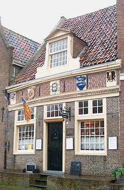 Музей кораблей в бутылках в Энкхёйзене расположен в небольшом здании XVII века, построенном на шлюзе