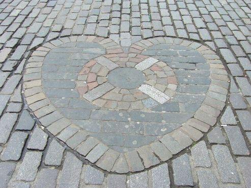 Сердце Мидлотиана отмечает место входа в тюрьму «Старый Толбут»