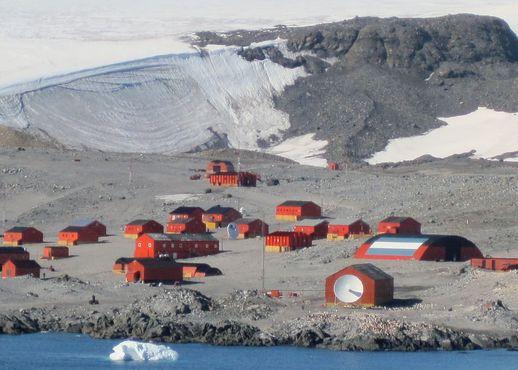 Аргентинское антарктическое поселение Эсперанса видно с борта корабля в бухте Надежды