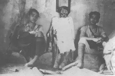 Местные жители с мумией, созданной Готфридом Кнохе