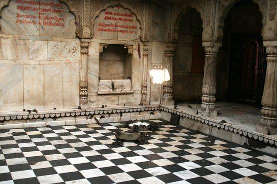 Внутри храма Карни Мата