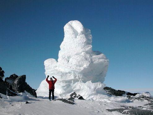 Фумарола, сформированная вулканическими газами, пробивающимися через снег