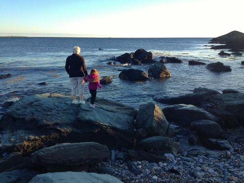 Прогулки по каменистому пляжу