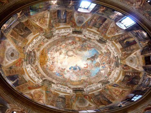 Покрытый фресками купол церкви Сан-Антонио-де-лос-Алеманес