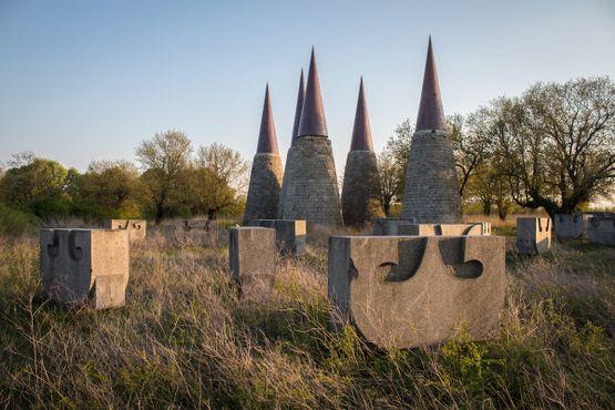 Каменные «лодки», окружающие мемориальный комплекс