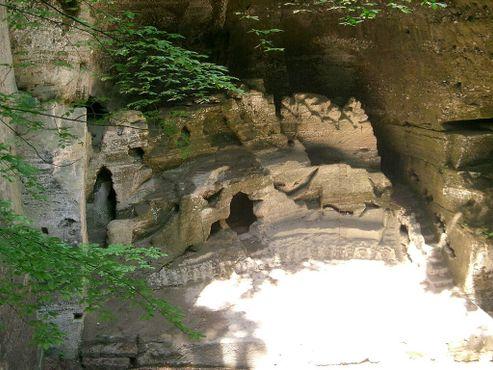 Каменный театр. Переделанный в сцену каменный карьер. Используется редко, но все еще открыт для публики