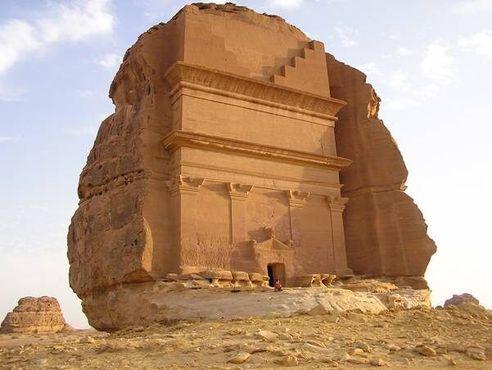 Вырубленная в скале гробница в отдельно стоящем валуне