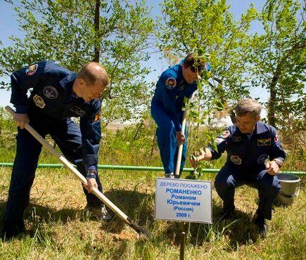 Экипаж корабля «Союз ТМА-15» сажает дерево, 2009 год