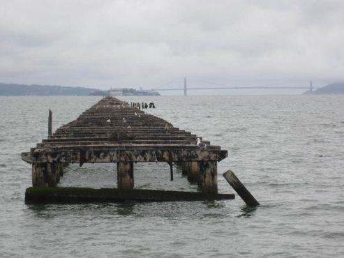 Заброшенный пирс и мост «Золотые ворота» вдали
