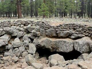 Вход в пещеру виден снаружи