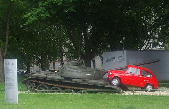 Монумент с красным «Фиатом» в городе Осиек