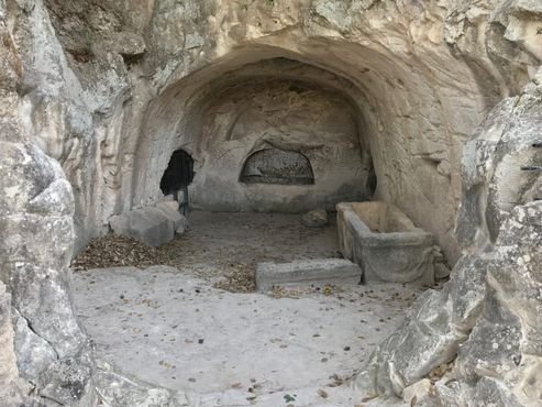 Гробница с одинокой могилой