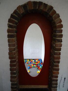 Яма с шарами внутри замка