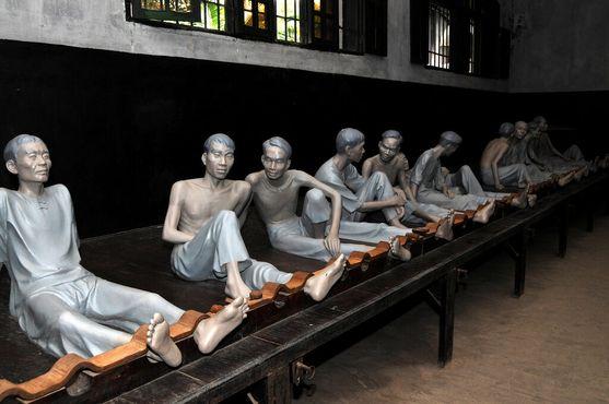 Заключенные-манекены скованы в отделении французской тюрьмы Хоало