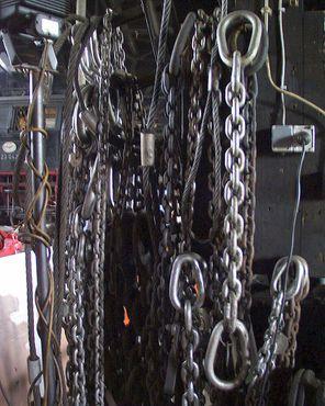 Цех оборудован цепями для подъёма тяжёлой техники