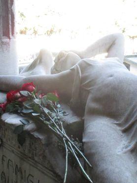 Группа Joy Division использовала эту скульптуру для оригинальной обложки альбома «Love will break us away»
