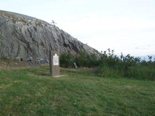 Памятники расположены в конце летного поля