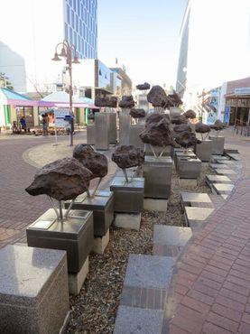 Части метеорита, выставленные на улице перед торговым центром