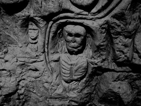 Мистические изображения скелетов, вырезанные на стенах пещер