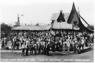 На фотографии 1920-х годов, предположительно, съёмочная группа и актёры немого кино