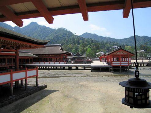 Храм построен на пирсе над водой. Фото сделано во время отлива
