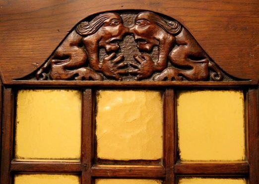 Изображение ведьм над входом в лифт