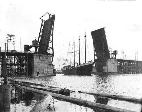 Мост Баллард разведён для прохода корабля, 13 марта 1918 года