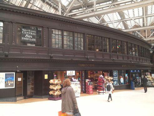 На месте окон второго этажа раньше были доски, на которых мелом писали расписание прибытия поездов