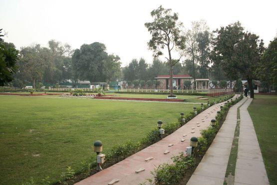 Пешая дорожка из комнаты Ганди на веранду через сад