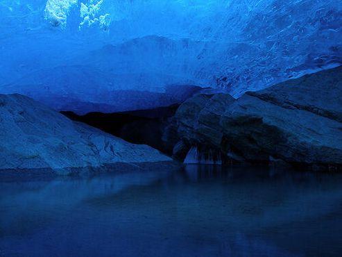 Пруд в пещере под ледником Нигардсбреэн,Юстедалсбреэн, Норвегия