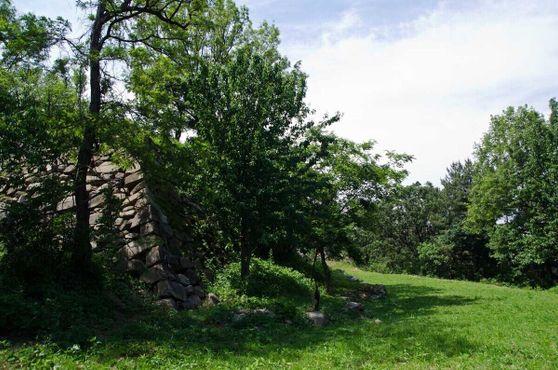 Руины в парке Токчхон