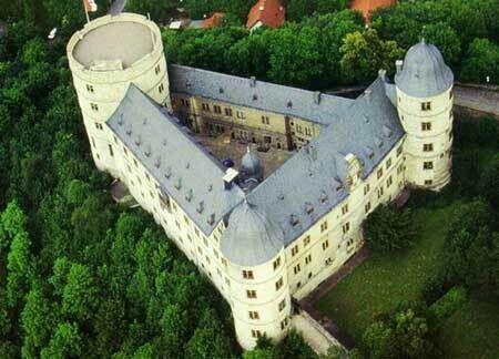 Треугольный замок Вевельсбург, где нацистские лидеры разрабатывали стратегию своей атаки на Европу