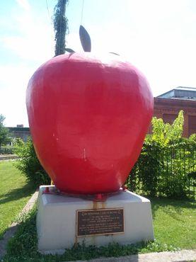 Капсула времени в виде гигантского яблока