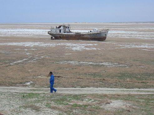 Очередное рыболовное судно на отмели бывшего Аральского моря